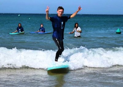 waterman school alumno aprendiendo surf